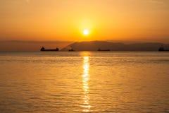 自然夏天海日落 土地船和小条剪影天际的 图库摄影