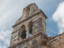 自然夺回一个被放弃的ruinded修造的教会 免版税库存图片
