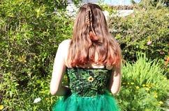 自然女孩的后面 免版税库存照片