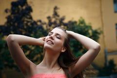 自然女性秀丽在夏天雨中 免版税图库摄影