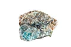 自然宝石宏观射击  未加工的矿物磷灰石 马达加斯加 在一个空白背景的查出的对象 免版税库存图片