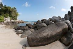 自然岩层在海和在一个白色沙子海滩在勿里洞岛海岛,印度尼西亚 免版税库存照片