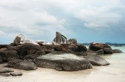 自然岩层在海和在一个白色沙子海滩在勿里洞岛海岛,印度尼西亚 免版税库存图片