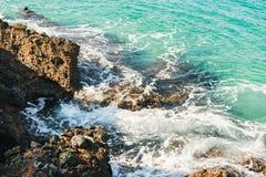 自然岩石和清楚的水在Kleopatra靠岸,阿拉尼亚,土耳其 库存图片
