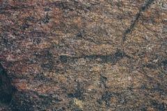 自然岩石墙壁纹理和背景 被构造的布朗老石表面 石墙纹理和背景特写镜头视图  免版税图库摄影