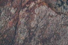 自然岩石墙壁纹理和背景 被构造的布朗老石表面 石墙纹理和背景特写镜头视图  免版税库存照片