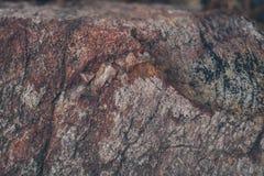 自然岩石墙壁纹理和背景 被构造的布朗老石表面 石墙纹理和背景特写镜头视图  库存照片
