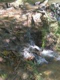 自然岩石幻灯片和冲的瀑布 免版税图库摄影