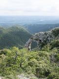 自然岩石曲拱在南法国在普罗旺斯的luberon地区告诉了arche de portalas 免版税库存图片