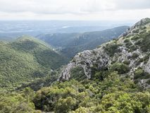 自然岩石曲拱在南法国在普罗旺斯的luberon地区告诉了arche de portalas 库存图片
