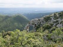 自然岩石曲拱在南法国在普罗旺斯的luberon地区告诉了arche de portalas 免版税库存照片