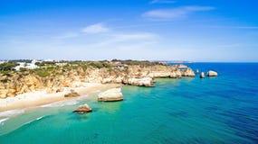 从自然岩石的天线在普腊亚Tres Irmaos Alvor葡萄牙 图库摄影