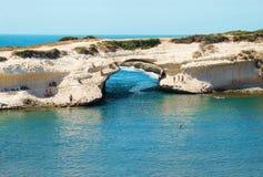 自然岩石S ` Archittu di圣诞老人Caterina在撒丁岛,意大利- 30 06 2016年 库存照片