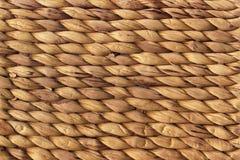 自然布朗酒椰席子概略的打褶的难看的东西背景纹理 库存照片