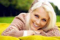自然微笑的妇女纵向  免版税库存照片