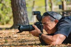 自然成熟摄影师的男性 免版税库存图片