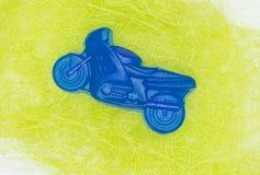 自然手工制造肥皂是一辆蓝色摩托车 免版税库存照片