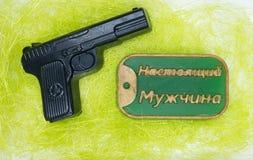 自然手工制造肥皂是人的一件完善的礼物形式黑色手枪和坏的 免版税库存照片