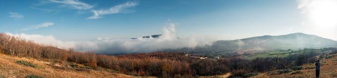 自然摄影师夺取在秋天森林的云彩 免版税库存图片