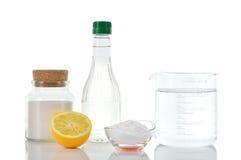 自然擦净剂。醋发面苏打盐柠檬。 库存照片