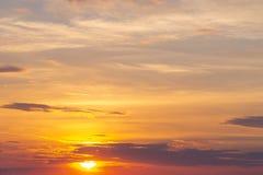 自然日落或日出与充满活力的颜色 剧烈的五颜六色的天空背景 免版税库存图片