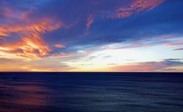自然日落日出 明亮的剧烈的天空和海 温暖的颜色 库存照片