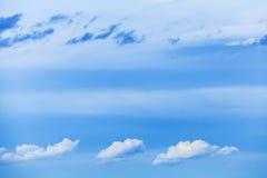 自然明亮的蓝色多云天空背景纹理 库存图片