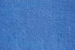 自然明亮的蓝色胡麻纤维亚麻制纹理详细的宏观特写镜头,土气被弄皱的葡萄酒织地不很细织品粗麻布帆布样式 免版税库存图片