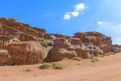 自然曲拱在瓦地伦沙漠 免版税库存图片