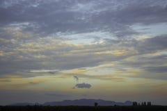 自然有天空山和云彩在晚上 免版税库存照片