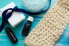 自然有机肥皂装瓶精油和海盐草本bathorganic丝瓜络 免版税库存图片