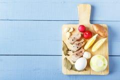 自然有机菜、未加工的鸡蛋和海鱼健康盘的在木背景 与拷贝空间的顶视图 免版税库存图片