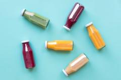 自然有机食品样式 在蓝色背景隔绝的瓶的五颜六色的圆滑的人,顶视图 免版税库存照片