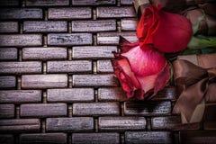 自然有气味的玫瑰包装了当前箱子  免版税图库摄影