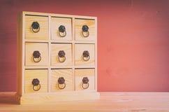 自然木古色古香的胸口的图象与抽屉的 库存照片