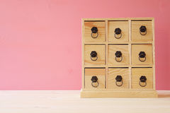 自然木古色古香的胸口的图象与抽屉的 免版税库存图片