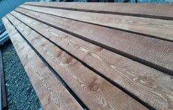自然木头翼缘板连续说谎未磨光与毛刺 库存照片