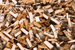 自然木背景,切好的木柴特写镜头  为冬天堆堆积和准备的木柴木日志 图库摄影