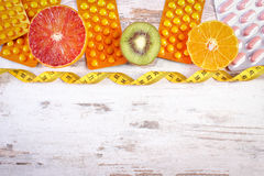 自然果子、厘米和药片,减肥,选择在健康营养之间和补充,拷贝空间文本的 库存照片