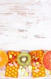 自然果子和药片、选择在健康营养之间和补充,拷贝空间文本的 库存图片