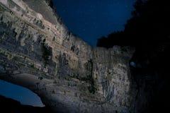 自然桥梁在满天星斗的天空下 库存照片