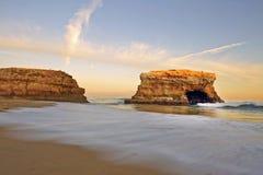 自然桥梁海滩晚上场面  免版税库存图片