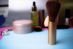 自然棉绒柔和的刷子应用的粉末在一张化妆桌的背景构成的秀丽教导的 库存图片