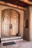 自然棕色木门道入口和日志天花板露台 免版税库存照片