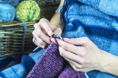 从自然毛线的编织 免版税库存图片