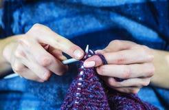 从自然毛线的编织 免版税库存照片