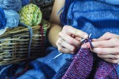 从自然毛线的编织 免版税图库摄影