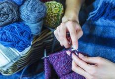 从自然毛线的编织 库存照片