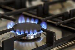 自然气体燃烧在厨房在黑暗的煤气炉 从钢的盘区与在黑背景的一台小煤气炉燃烧器,特写镜头赶走 库存照片