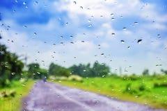 自然水下落背景 与结露的车窗玻璃 图库摄影